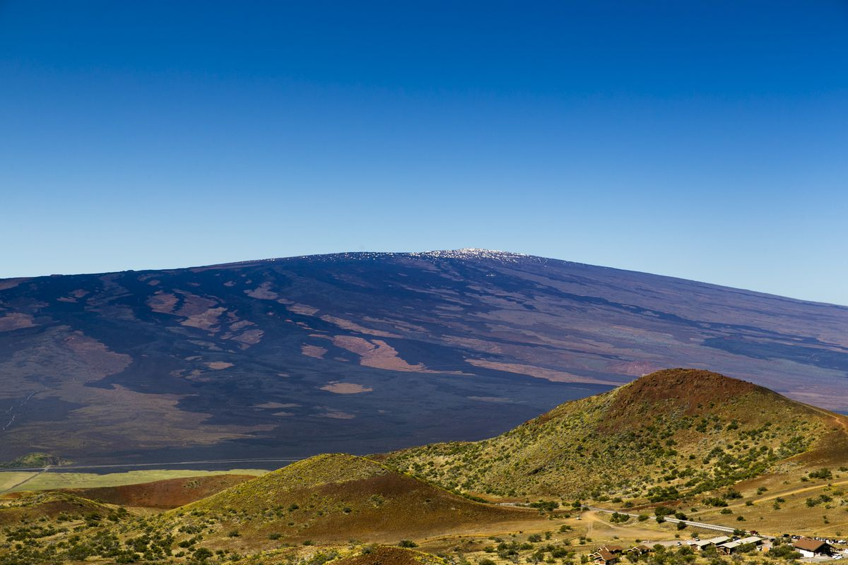 The visitor's center at Mauna Kea, Hawaii, with Mauna Loa in the background, April 26, 2015. (Marco Garcia/The New York Times file)