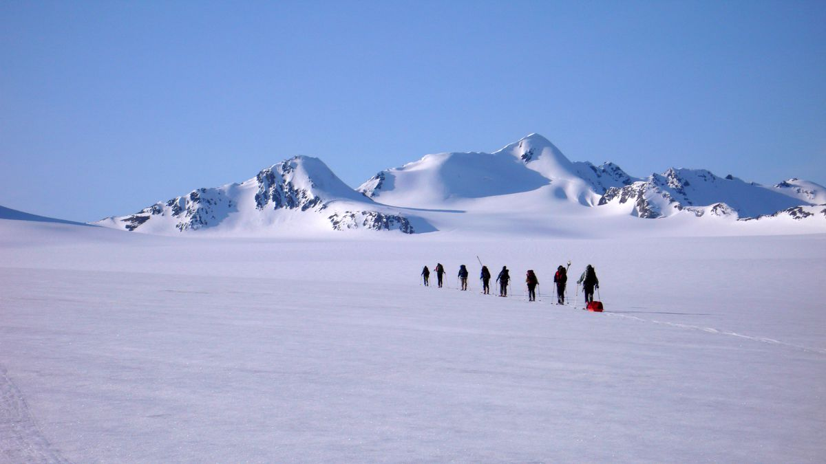 Members of an APU glacier travel and glaciology field course traverse the upper basin of Eklutna Glacier. (Louis Sass)