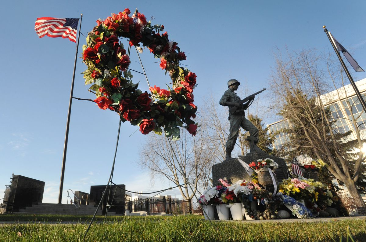 Green grass and sunshine grace the Anchorage Veterans Memorial at the Delaney Park Strip during mild weather in Southcentral Alaska on Sunday, Nov. 10, 2019. (Bill Roth / ADN)