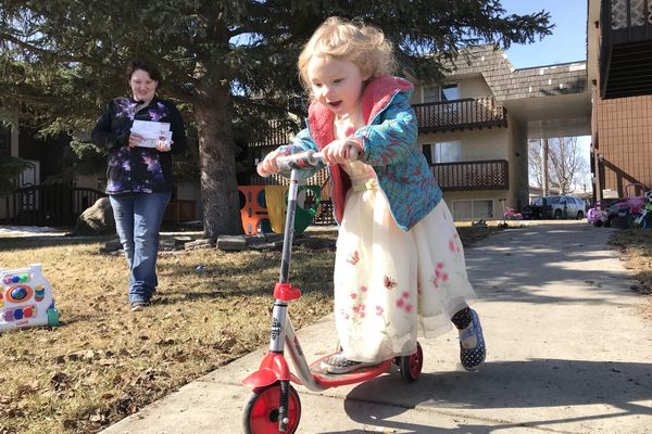 Desiree Britt watches her 4-year-old daughter Vivianne Britt-Andre play on a scooter outside their Mt.View apartment on Sunday, April 15, 2018. Britt said she grabbed her daughter from her bed and huddled on the floor during an early morning shooting in the apartment next door. (Bill Roth / ADN)