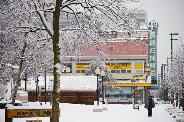 Snow falls on a quiet morning along 4th Avenue downtown on November 12, 2020. (Marc Lester / ADN)